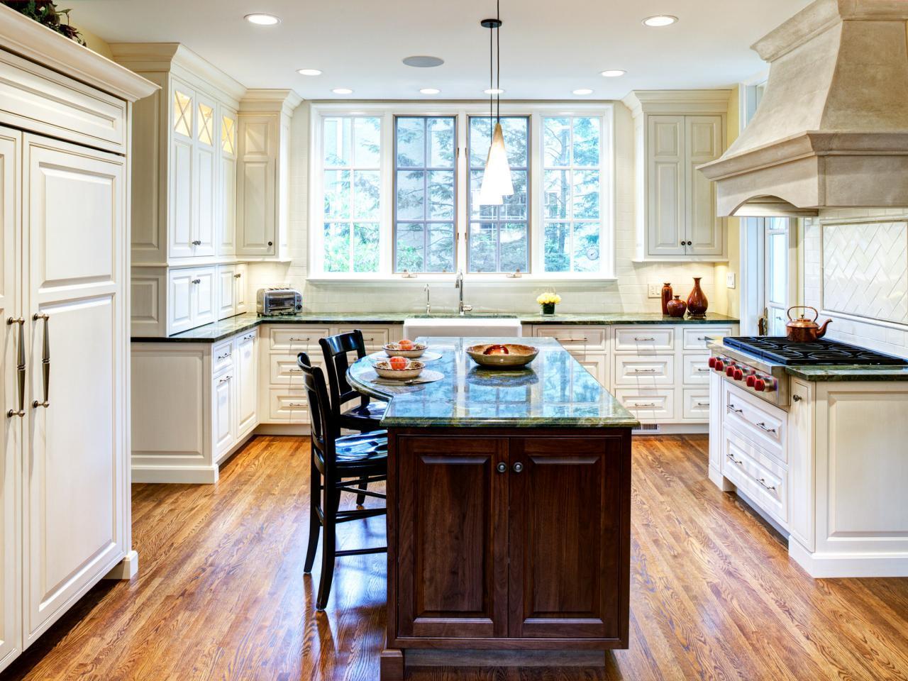 Кухонные окна со шпросами гармонично сочетаются с классическим дизайном кухни