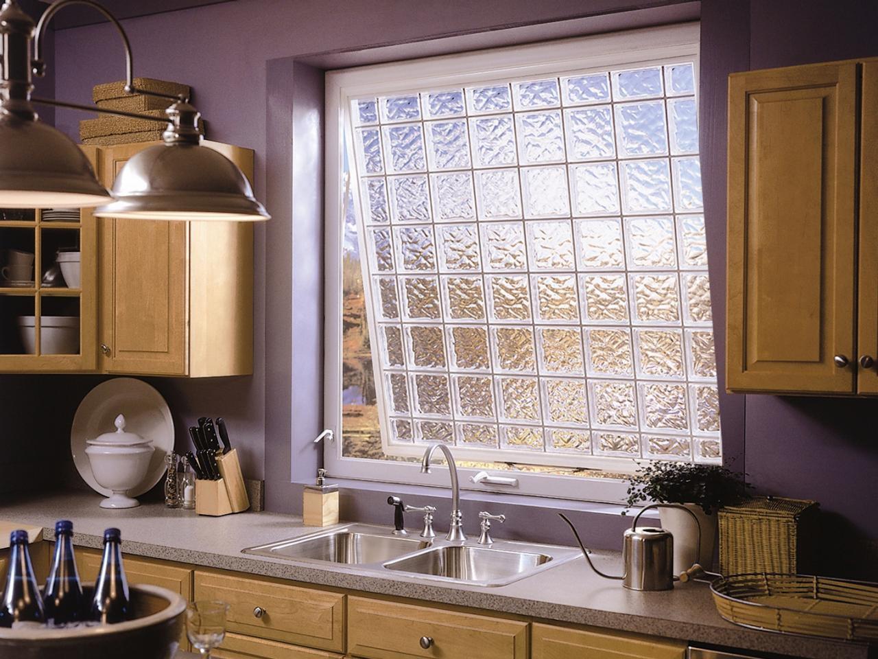 Рельефное стекло позволяться отказаться от занавесок, особенно в темных помещениях