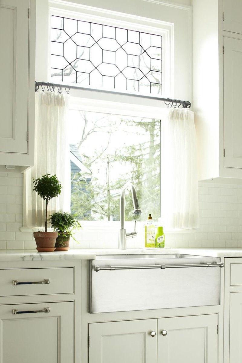 Легкие занавески выполнюят скорее декоративную функцию, а не солнцезащитную