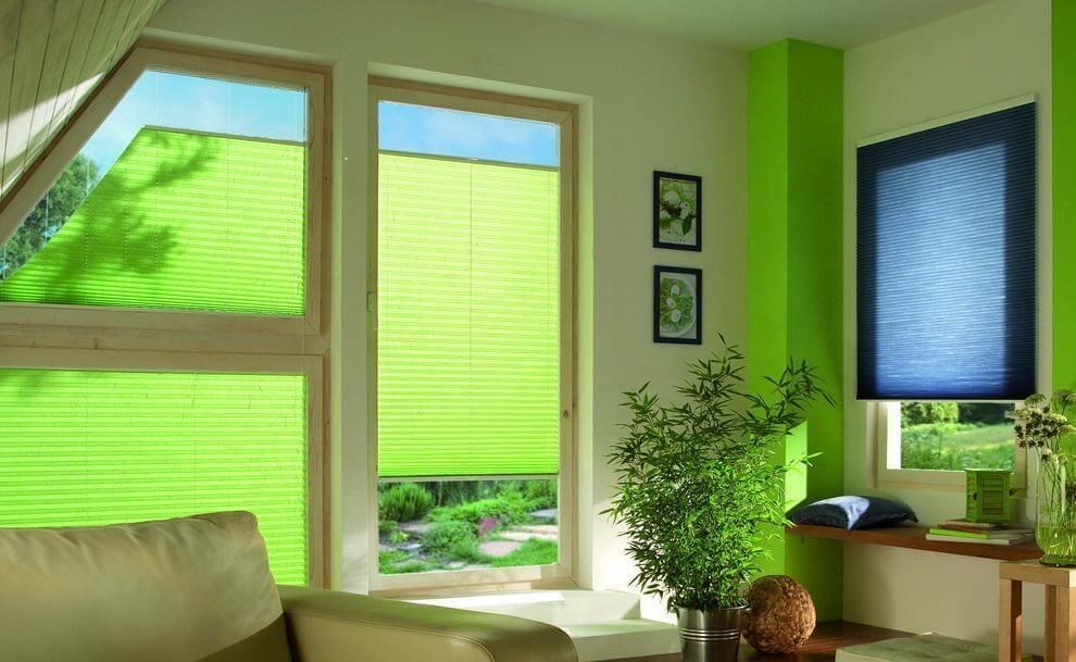 Защищая от прямых солнечных лучей, полупрозрачные шторы плиссе не сделают комнату темной