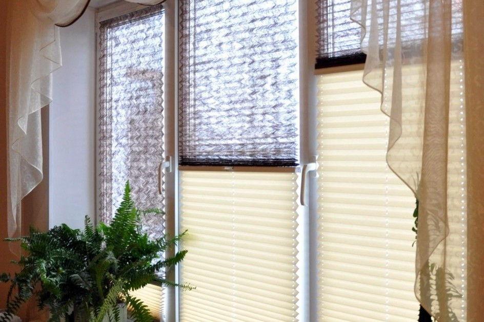 С помощью кронштейнов шторы плиссе можно прикрепить к окну