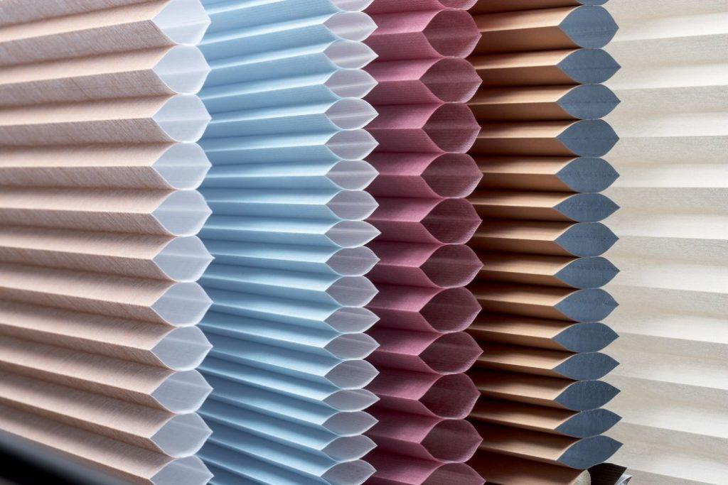 Шторы изготавливаются из плиссированной ткани, что отличает их от жалюзи