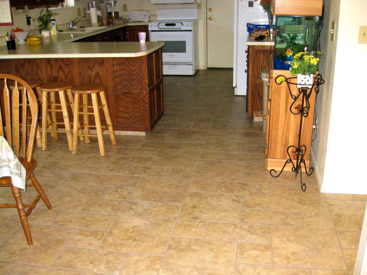 Поверхность линолеума может копировать любые материалы, в том числе и керамическую плитку