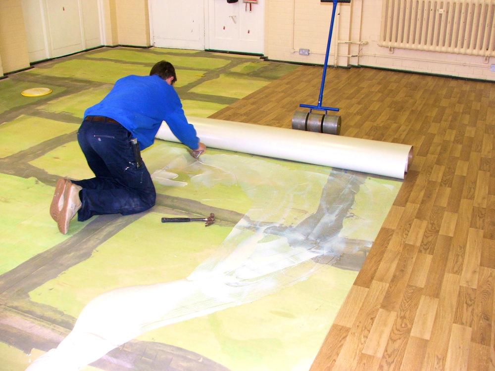 При условии правильной подготовки стяжки, напольное покрытие из линолеума несложно выполнить своими руками