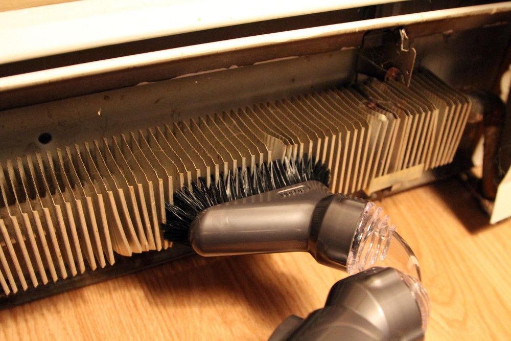 При монтаже внутриплинтусного отопления необходимо предусмотреть возможность доступа к ним для очистки радиатора