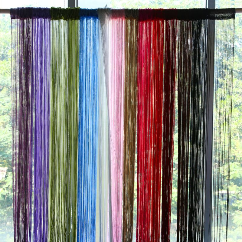 Простые одноцветные шторы-нити смотрятся просто, но элегантно