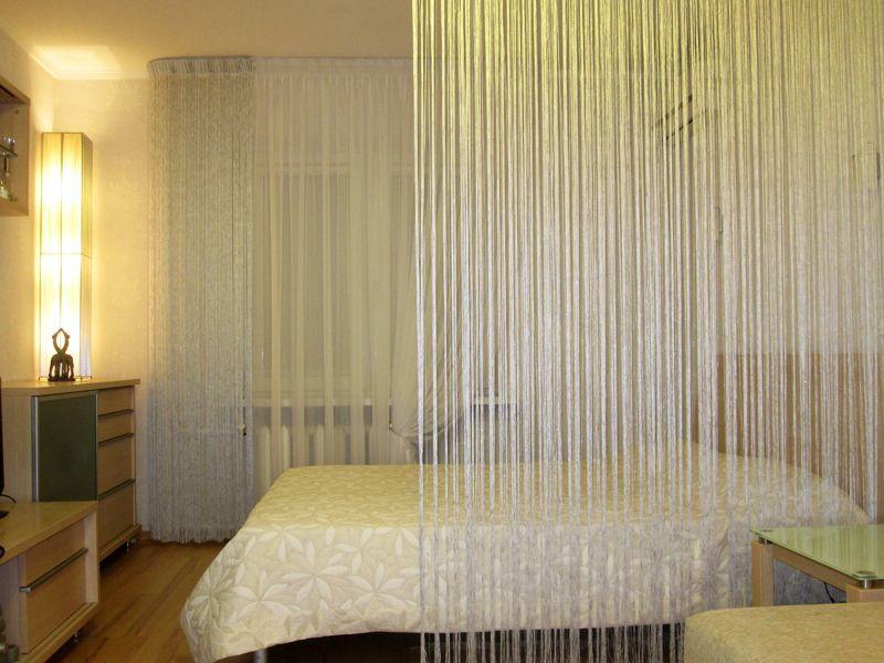 Используя шторы-нити в спальне, Вы создадите атмосферу спокойствия и уединения