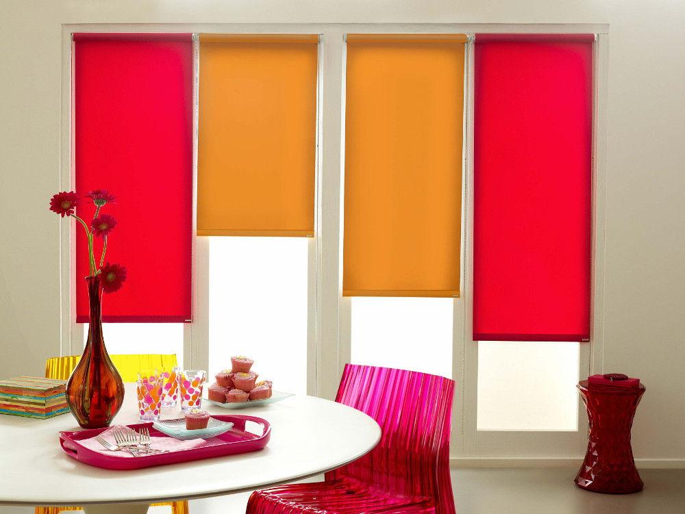 Яркий цвет рулонных штор создаст необычный акцент в интерьере