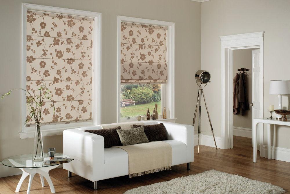 Рулонные шторы могут быть ярким акцентом в спокойных тонах комнаты