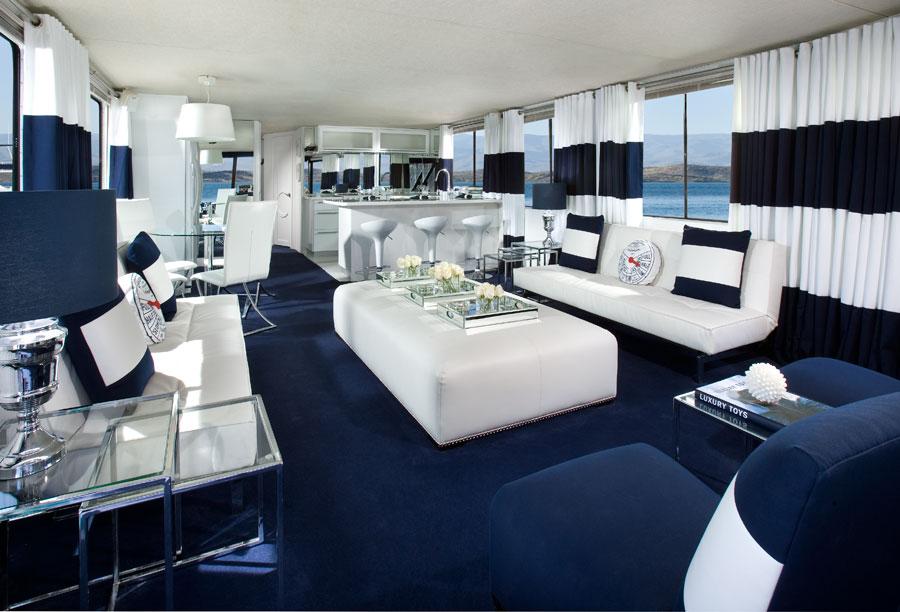 Просторная гостиная в морском стиле