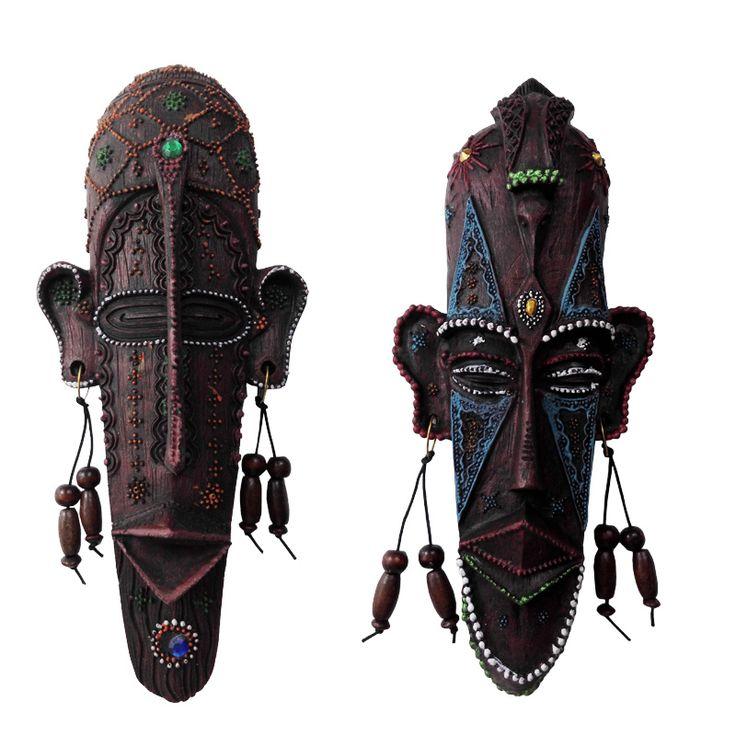 Тотемные маски из черного дерева в гостиной