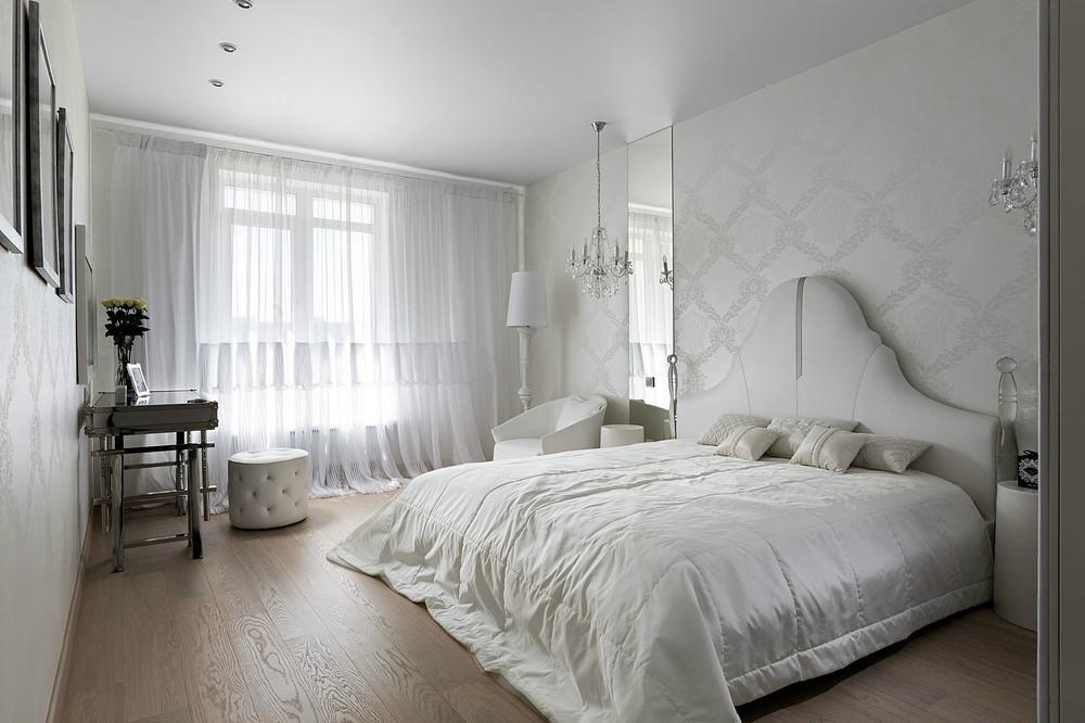 Белые легкие шторы в спальне