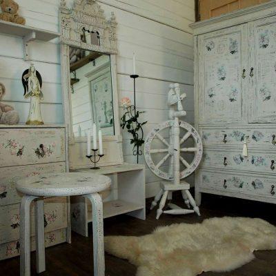 Старинная мебель в стиле шебби-шик для детской