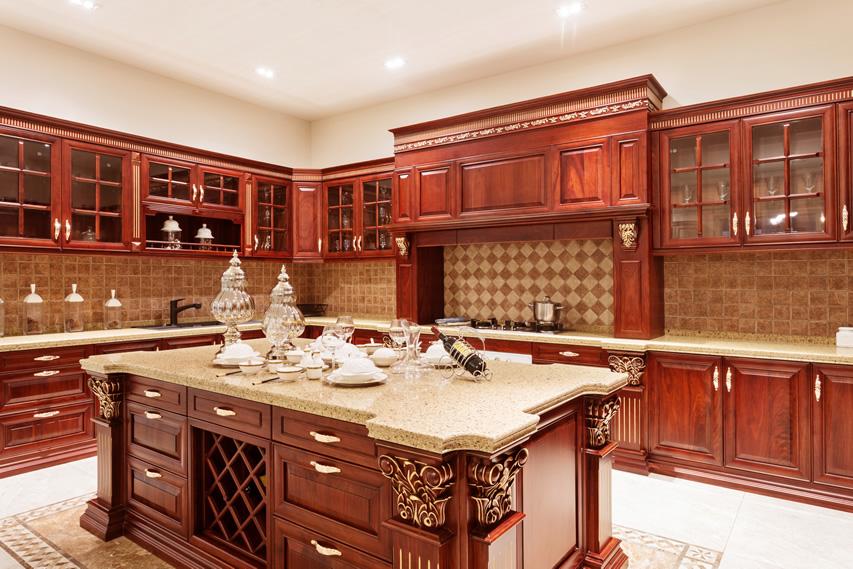 При изготовлении кухонного гаритура в стиле ампир часто используют дорогие породы дерева