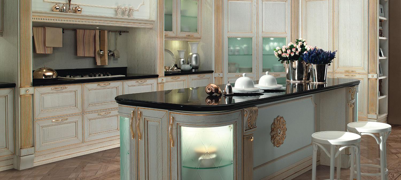 Кухня из тонированного массива дерева с золотым декором