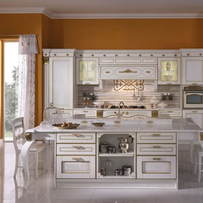 Современная светлая кухня в стиле ампир