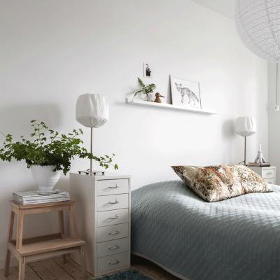 Белая спальня в пастельных тонах