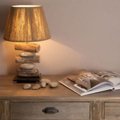 Настольная лампа в интерьере гостиной в экостиле