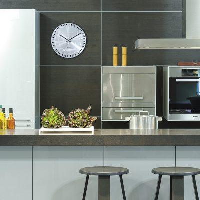 Картины и часы на кухне