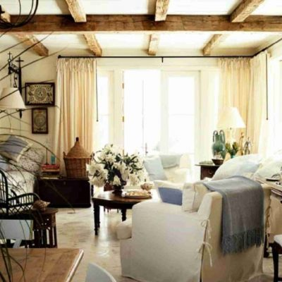 Потертая мебель в гостиной в стиле шебби-шик