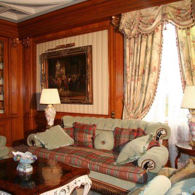 Шторы в викторианском стиле в комнате с деревянной отделкой