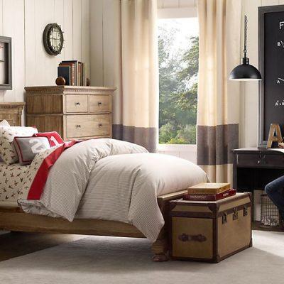 Деревянная мебель в комнате для подростка