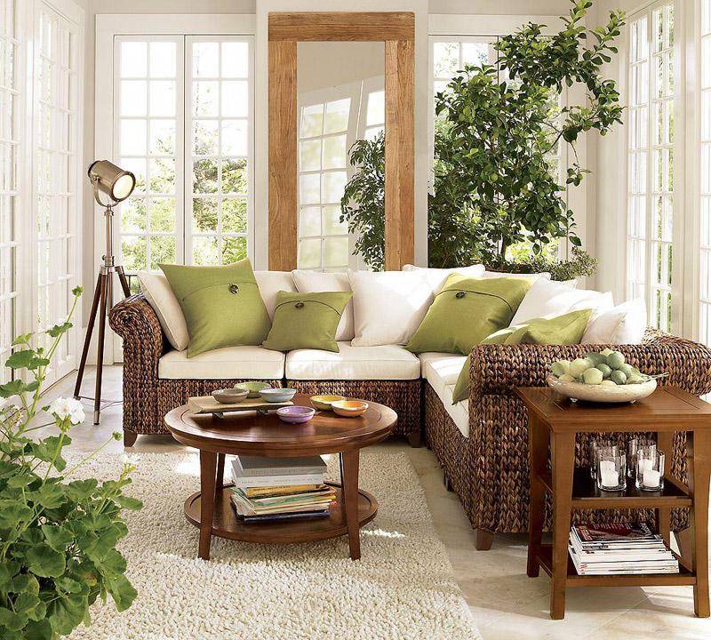 Мебель из ротанга и дерева в в интерьере гостиной в экостиле