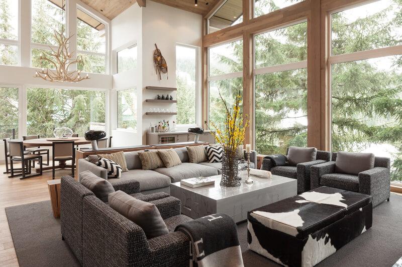 Просторная и светлая гостиная в экостиле