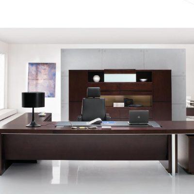 Большой стол в кабинете в стиле модерн