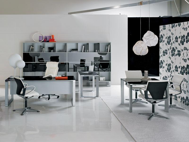 Кабинет в стиле модер допускае наличие современных люстр и настольных ламп