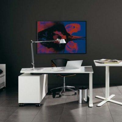 Кабинет в стиле модерн со светлой мебелью и темной стеной