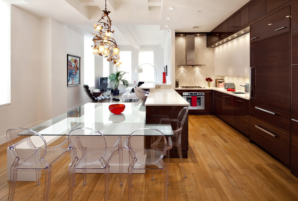 Кухня в стиле контемпорари, дополненная стеклянным обеденным столом и стульями в стиле модерн