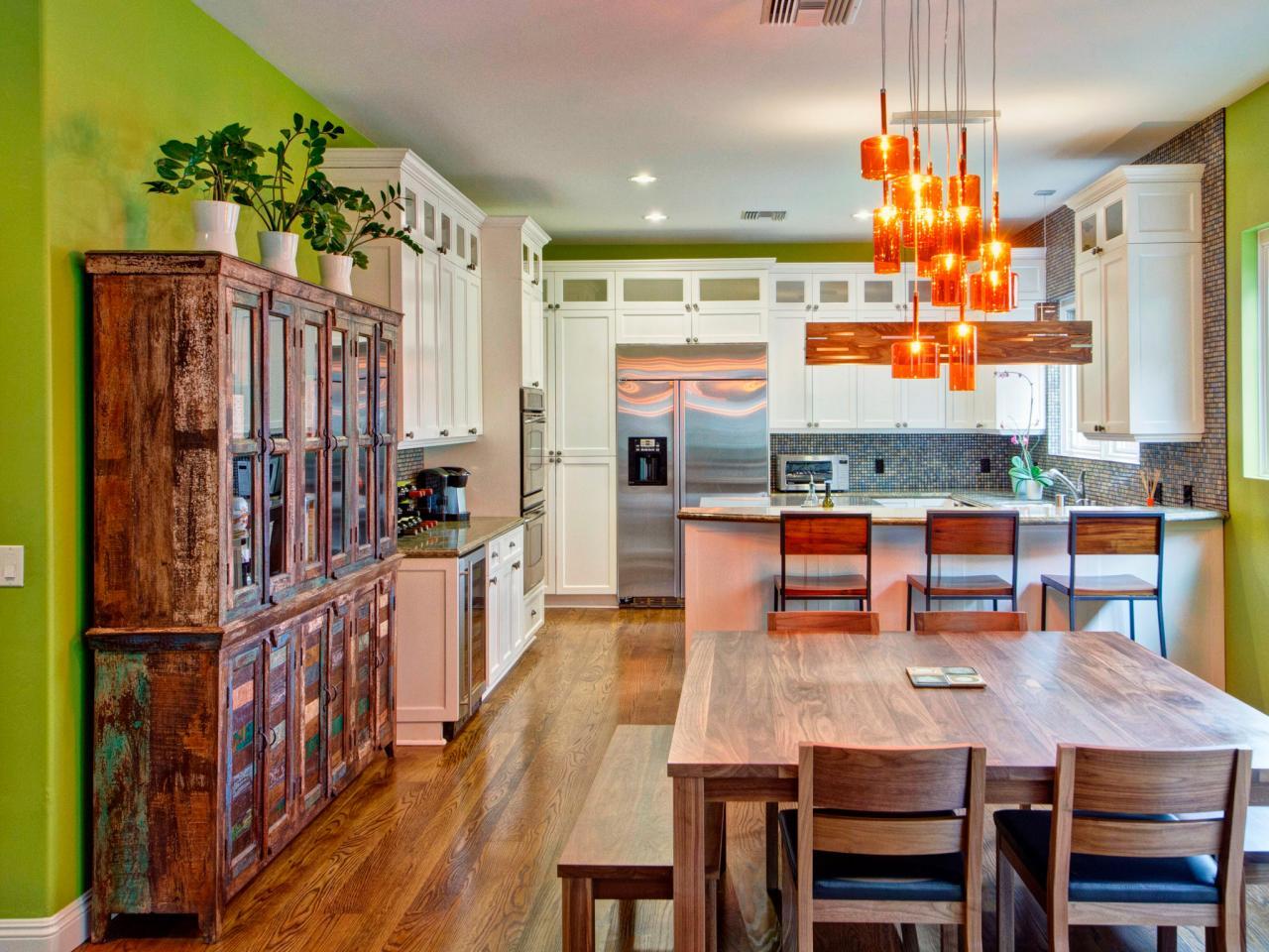 Кухня с ярко-зелеными стенами