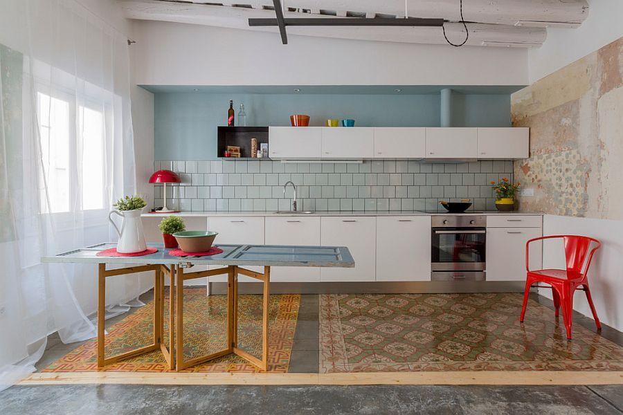 Кухня с яркими деталями с столом из входной двери