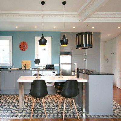 Эклектичная кухня с черными деталями интерьера