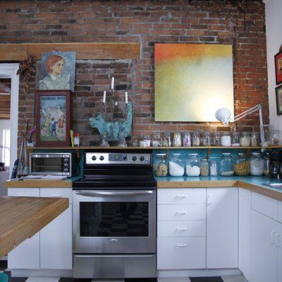 Кухня эклектика с картинами