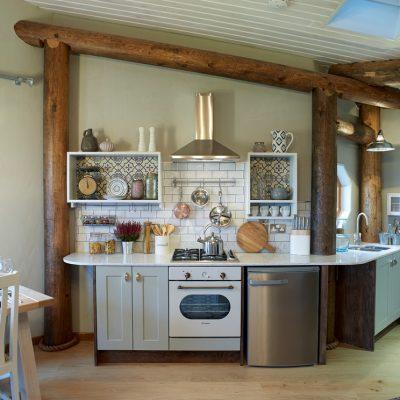Просторная кухня эклектика