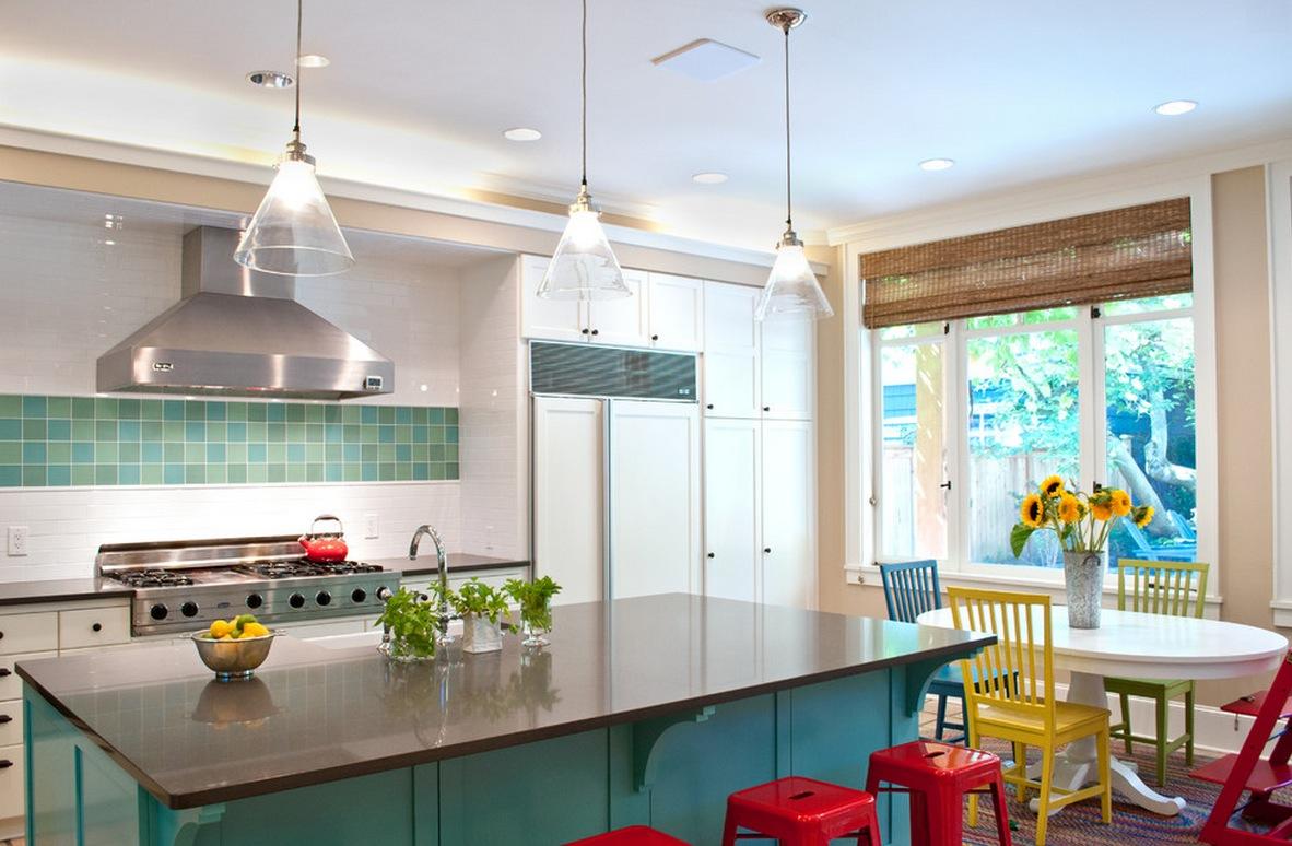 Кухня с яркими разноцветными стульями
