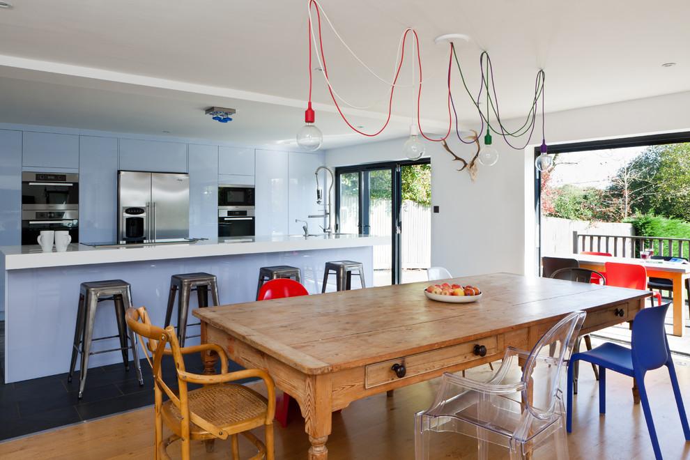 Эклектичная кухня с большим обеденным столом