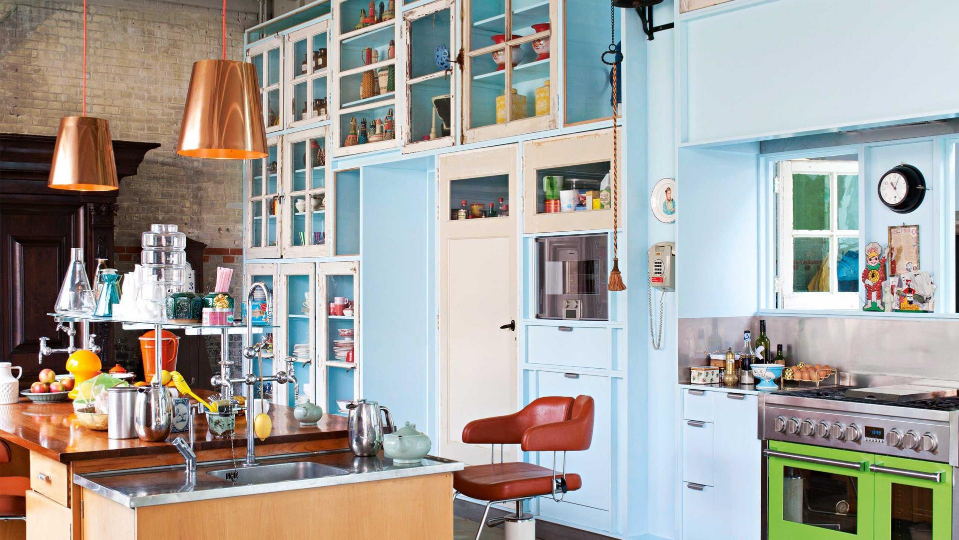 Необычная эклектичная кухня с ретро-креслом из парикмахерской