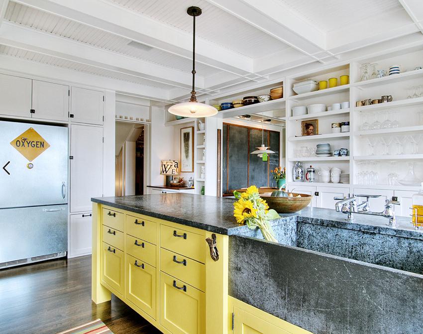 Белоснежная кухня с желтым кухонным островом