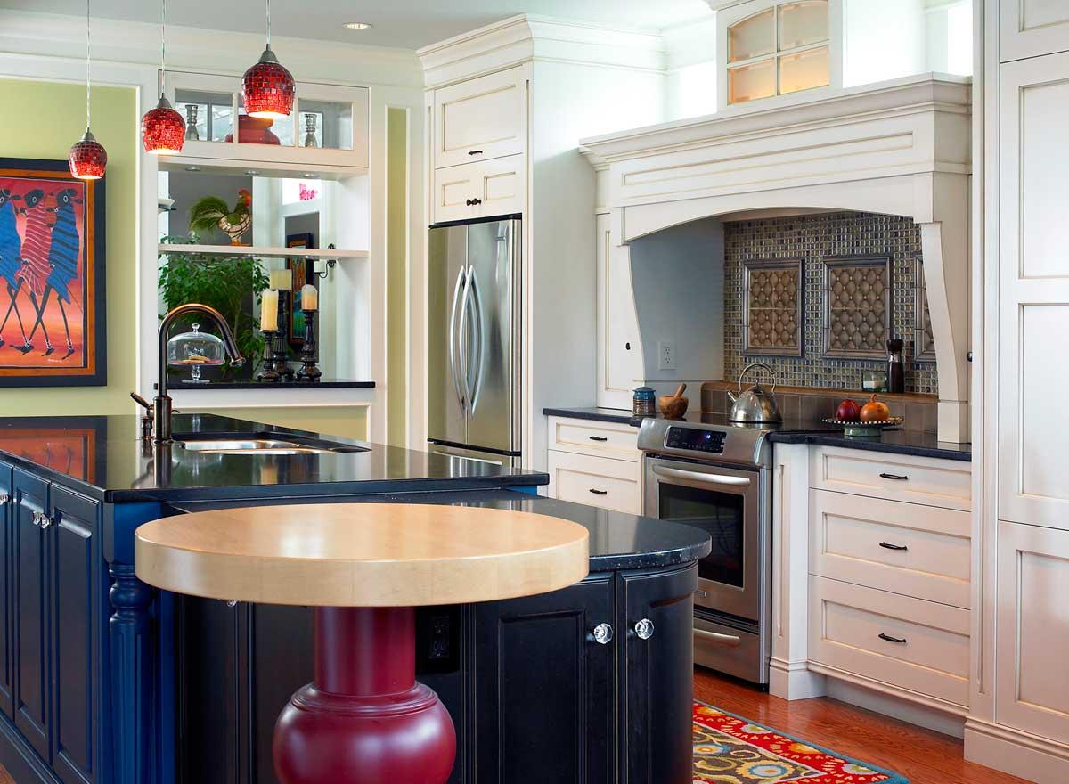 Бело-синяя кухня с красными акцентами