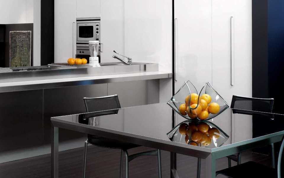 На кухне в стиле хай-тек обычно очень мало аксессуаров