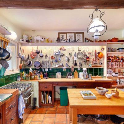 Кухня прованс с открытой системой хранения посуды
