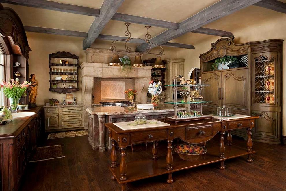 Кухня со старинной мебелью
