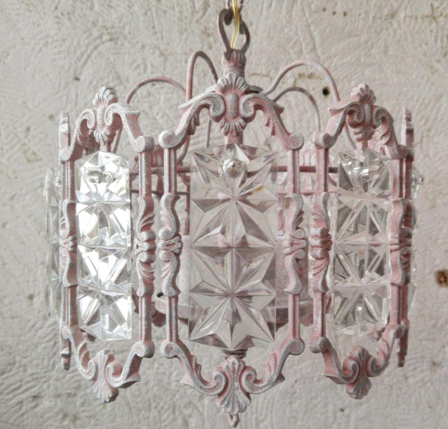 При изготовлении люстр в стиле прованс часто используют стекло и металл