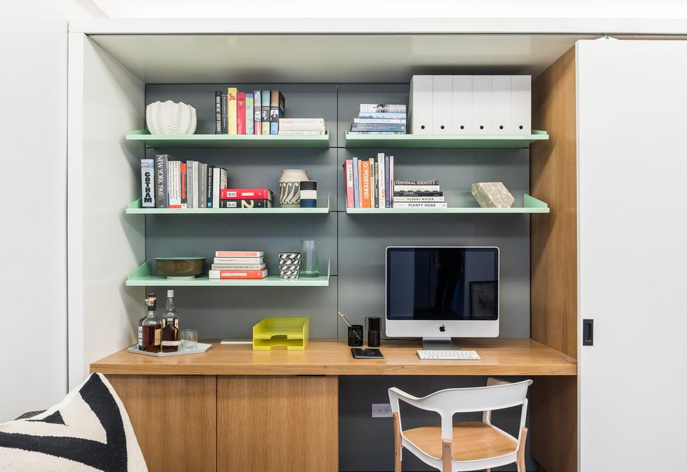 При необходимости в шкафу можно разместить рабочее место