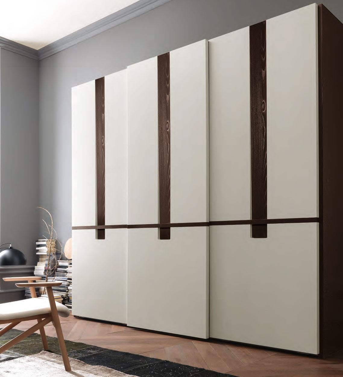 Авторский современный шкаф вполне может стать центром комнаты