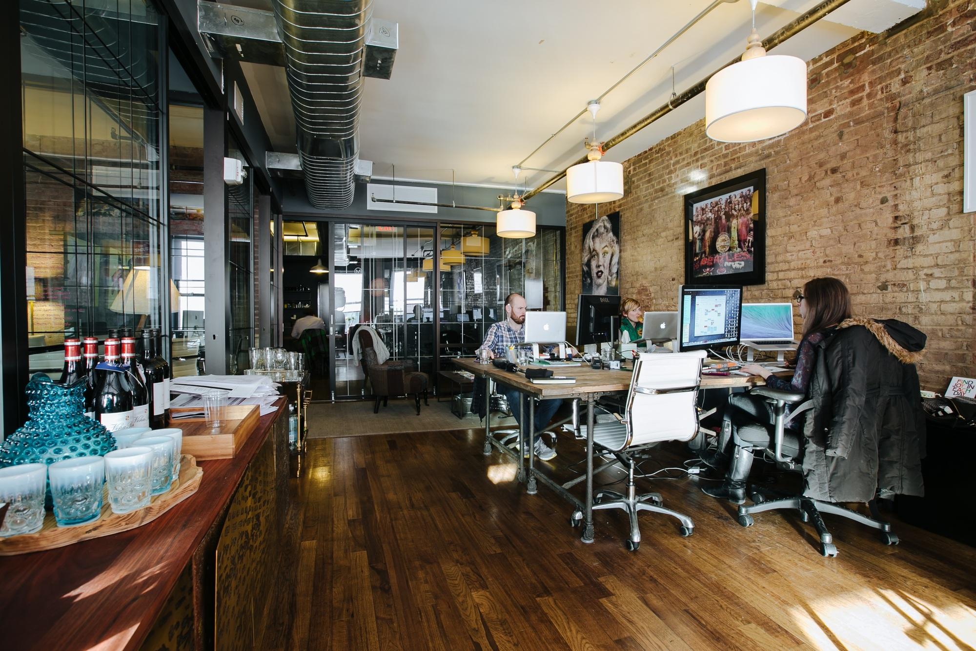 Деревянный пол непременно добавит уюта в офисное пространство