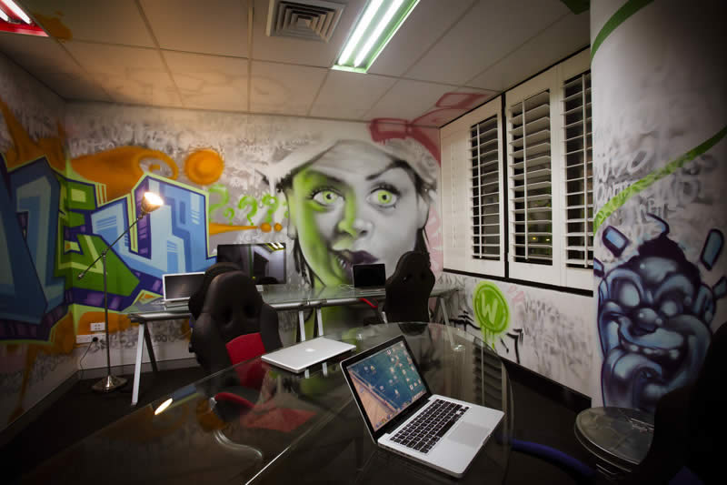 Граффити - прекрасный вариант для оформления стен в молодежных и творческих компаниях